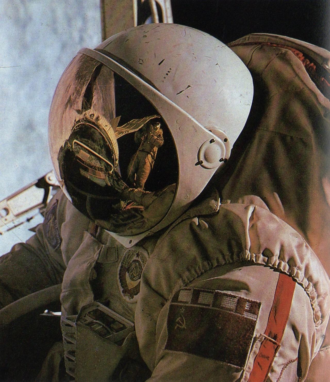 Советский космонавт в открытом космосе. (Союз-29, 1978)