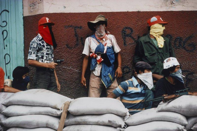 Мучачос ждут контрнаступления Национальной гвардии во время революции в Никарагуа, 1978