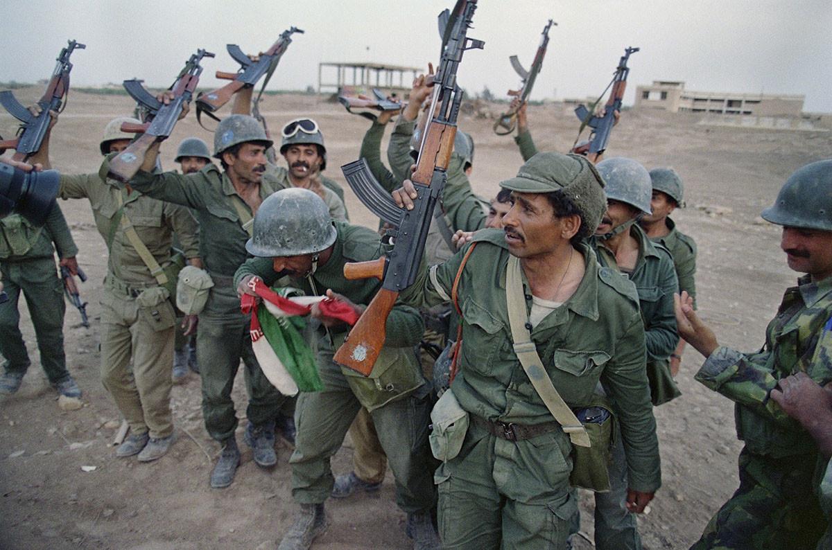 20 апреля 1988 года иракские солдаты празднуют победу над Ираном в стратегическом полуострове Фао, на юго — востоке Ирака