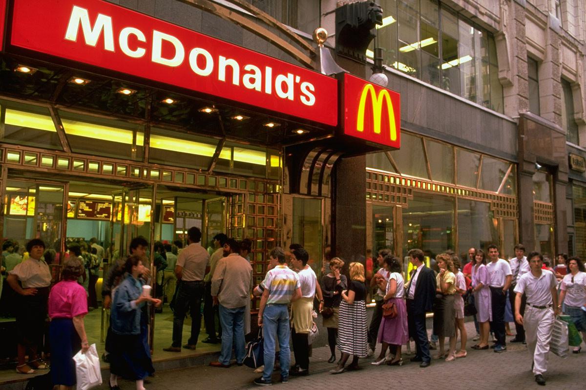1988 Очередь в ресторан «Макдональдс» в Будапеште. В столице Венгрии был открыт «Макдональдс» впервые в Восточной Европе