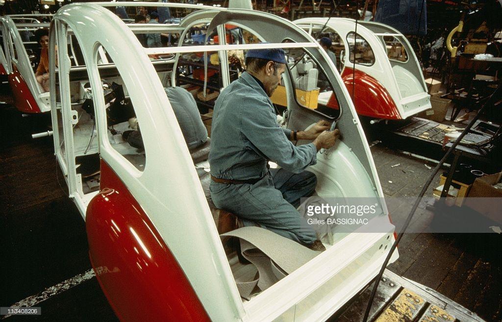 1988 Сборка легковых автомобилей Citroen 2CV на заводе в городе Леваллуа-Перре