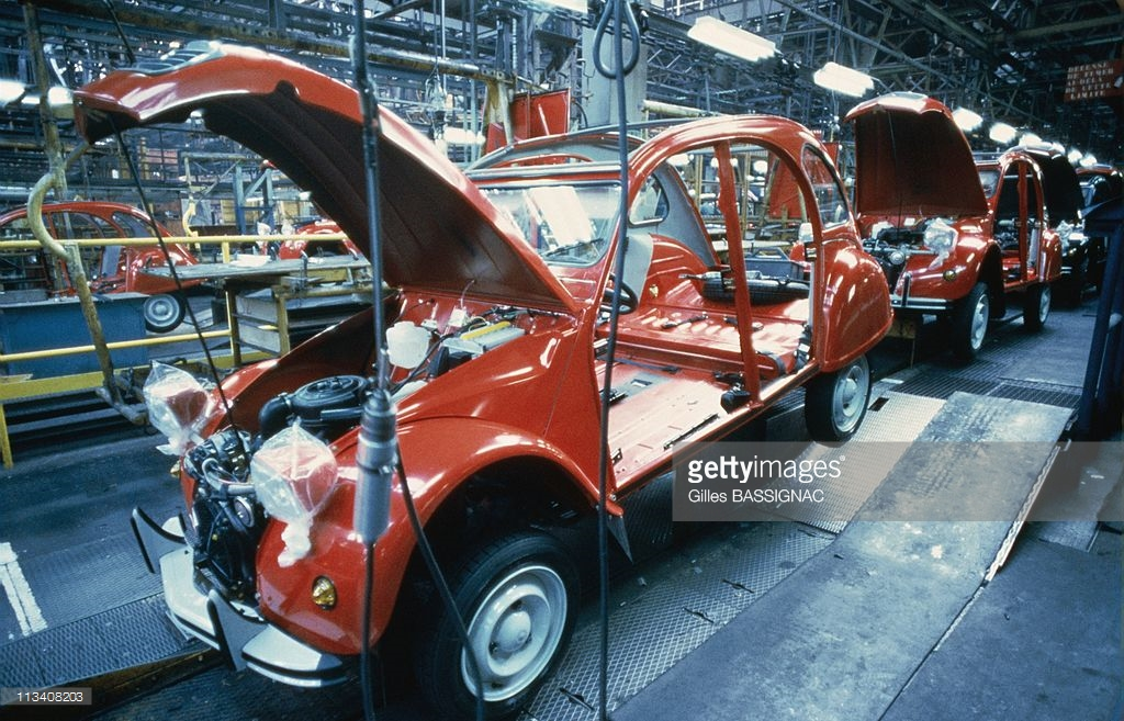 1988 Сборка легковых автомобилей Citroen 2CV на заводе в городе Леваллуа-Перре3