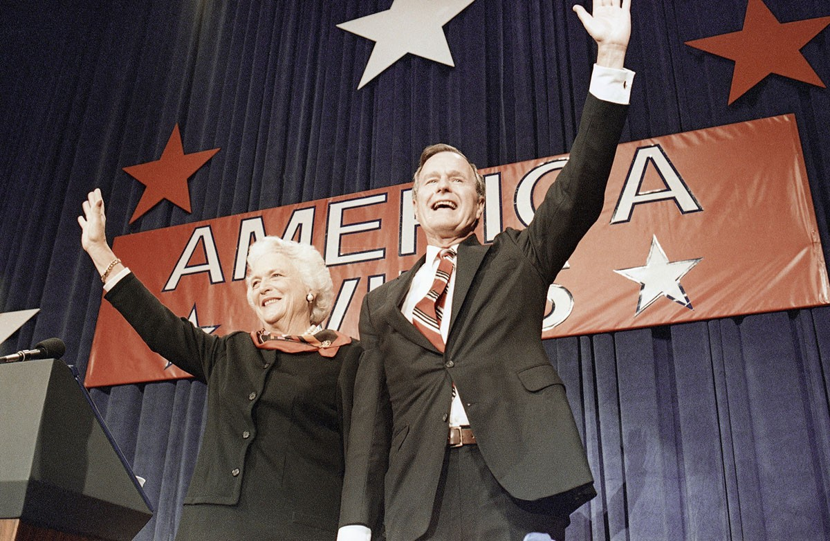 Джордж Буш-старший и его жена Барбара после победы на президентских выборах в США в 1988 году, 8 ноября 1988 года в Хьюстоне, штат Техас