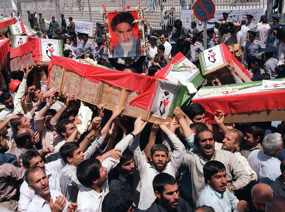 Похоронная процессия на улице Тегерана, 7 июля 1988 года, после того, как военный корабль USS Vincennes сбил иранский самолёт над Персидским заливом. Погибло 290 человек