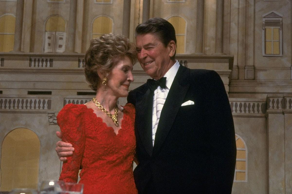 Президент Рейган обнимает свою жену Нэнси, после выдвижения кандидатуры вице-президента Джорджа Буша на пост президента Соединенных Штатов, 11 мая 1988 года