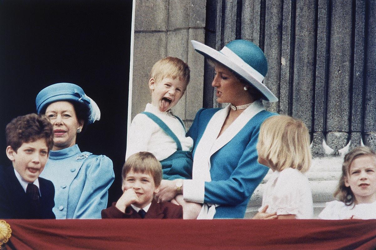 Принцесса Диана держит на руках принца Гарри, на балконе Букингемского дворца в Лондоне, Англия, 11 июня 1988 года