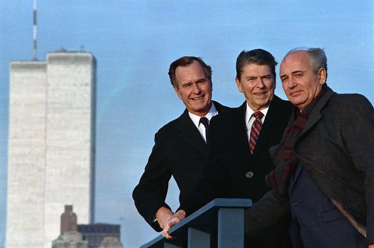 Рональд Рейган, Джордж Буш и Михаил Горбачёв возле башен Всемирного торгового центра, Нью-Йорк, США.