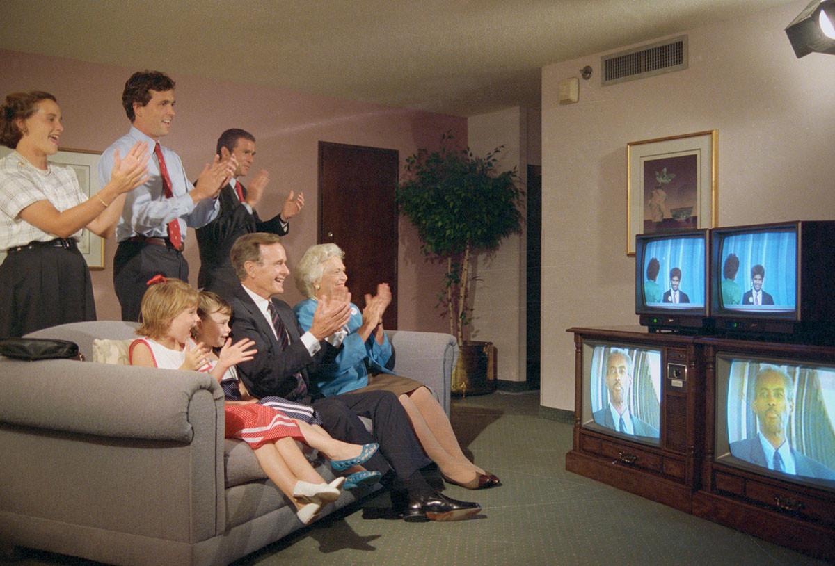 Семья Бушей смотрит республиканскую конференцию по телевизору. На этой конференции Джордж Буш стал кандидатом от республиканцев, на президентских выборах