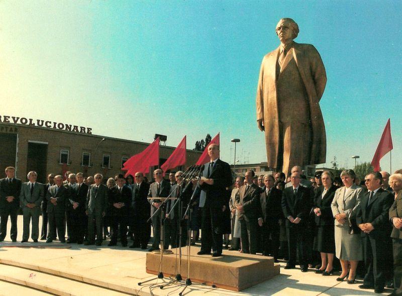 Торжественное открытие монумента тов.Энвера Ходжа в Тиране (16 октября 1988 г.).
