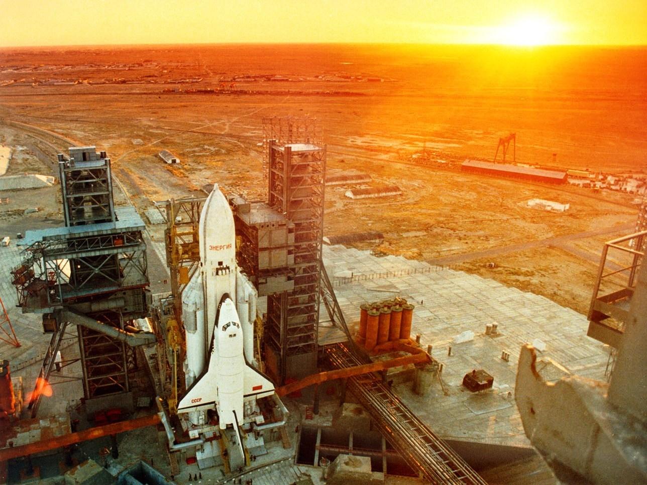 1988 Буран и ракета-носитель Энергия на стартовой площадке