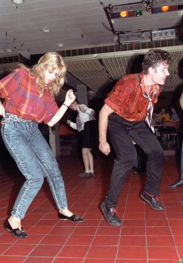 1988 Москва, молодые люди танцуют рок-н-рол