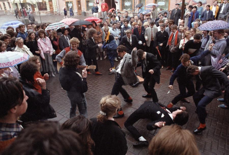 1988 Москва, молодые люди танцуют рок-н-рол2