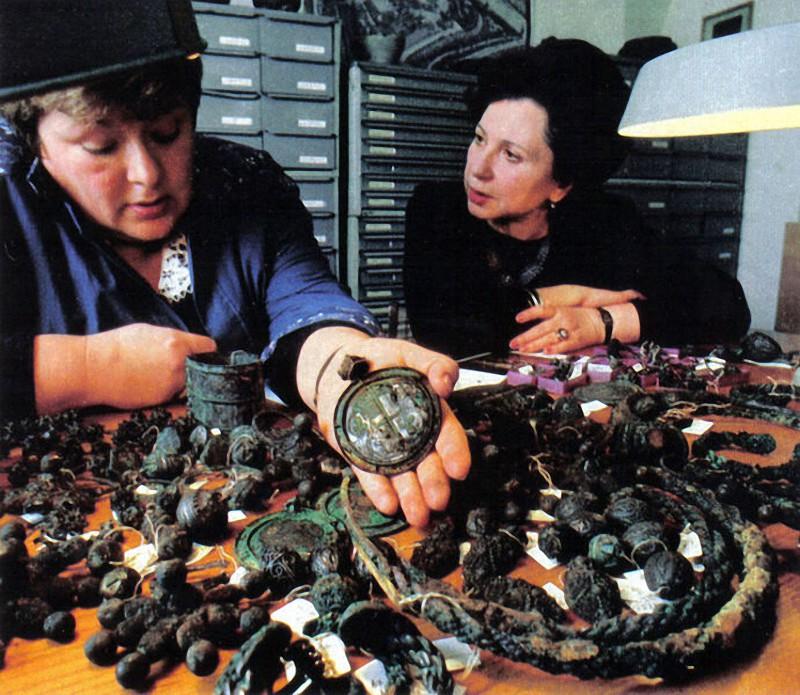 В 1988 году рабочий в Кремле нашел ящик с 300-ми изделиями из серебра 13 века