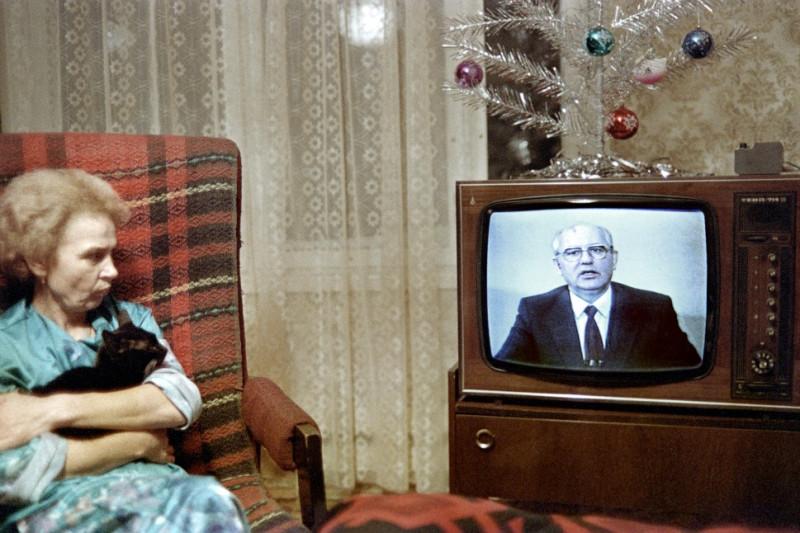 Русская женщина смотрит новогоднее обращение Горбачева в 1988 году