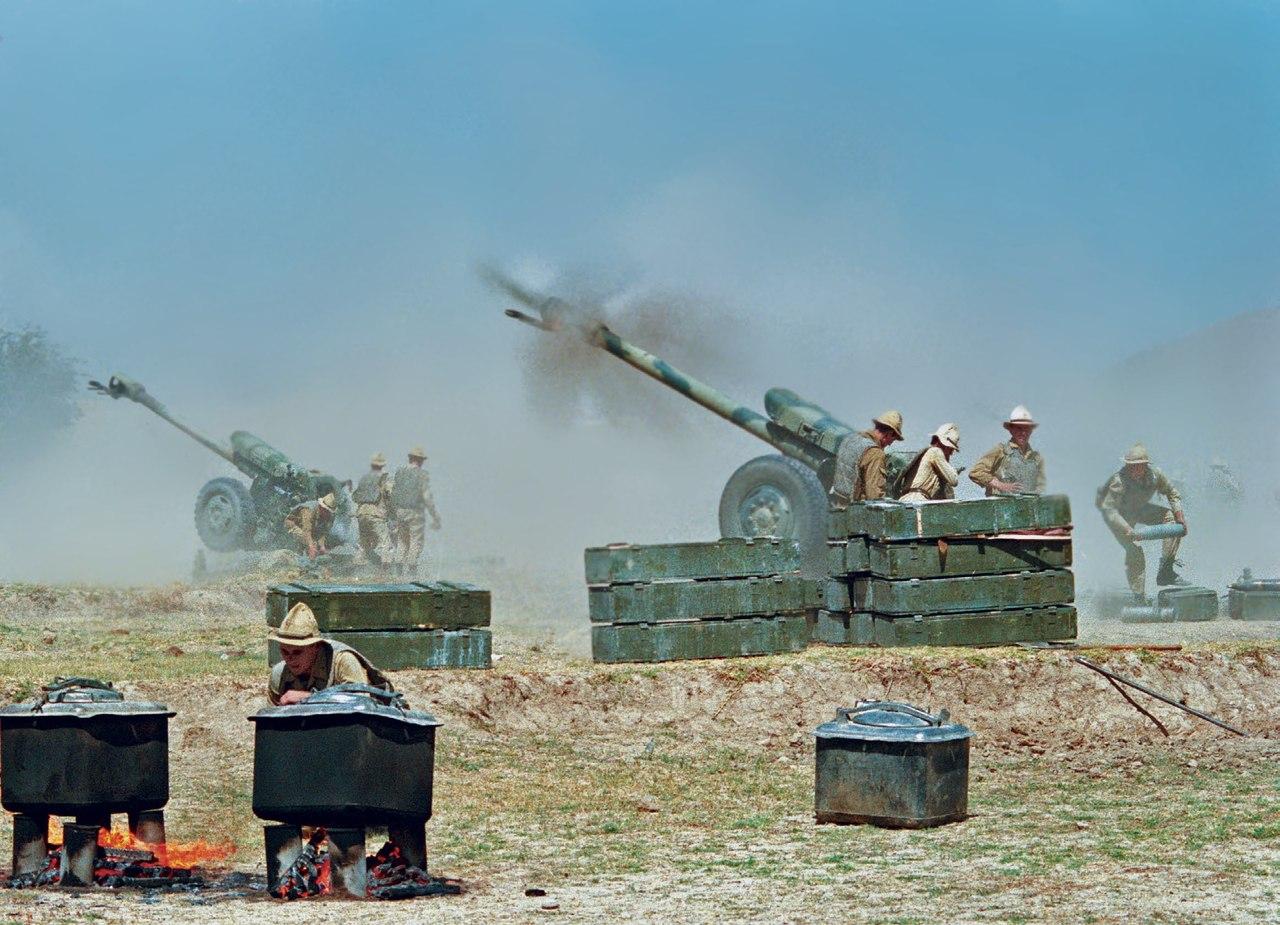 Фотограф А. Соломонов. Артиллеристы 40-й армии подавляют огневые точки противника в районе Пагман. Предместье Кабула. Афганистан. 1 сентября 1988. РИА Новости