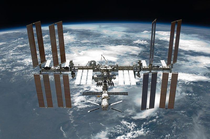 20 ноября 1998 года в 8 часов 40 минут по московскому времени ракета-носитель Протон успешно вывела в космос первый модуль МКС российский функционально-грузовой блок (ФГБ) Заря