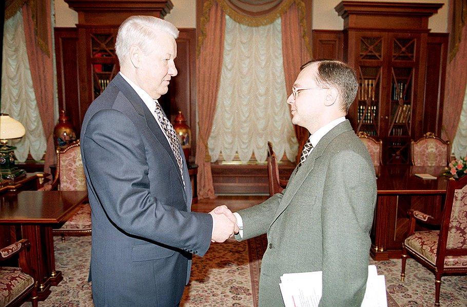 23 марта 1998 года Борис Ельцин отправляет в отставку правительство Виктора Черномырдина и назначает и. о. премьера Сергея Кириенко ИТАР-ТАСС
