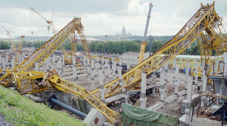 1998 год.Вид на два поваленных башенных крана строящегося в районе Бережковской набережной моста в результате урагана. Олег Булдаков, ТАСС