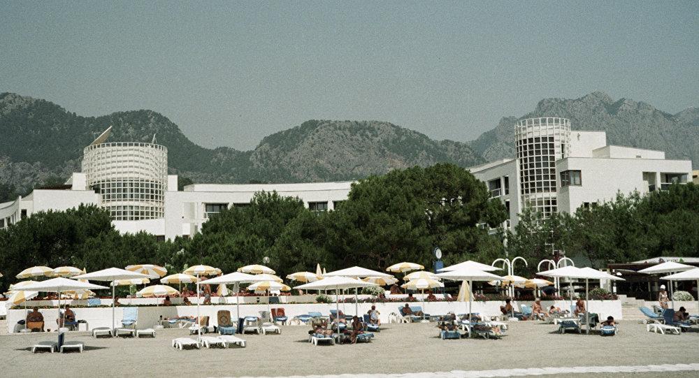 1998 Пляж на берегу Средиземного моря у отеля Билькенд, расположенного в 30 км от города Анталья. Юрий Абрамочкин, РИА