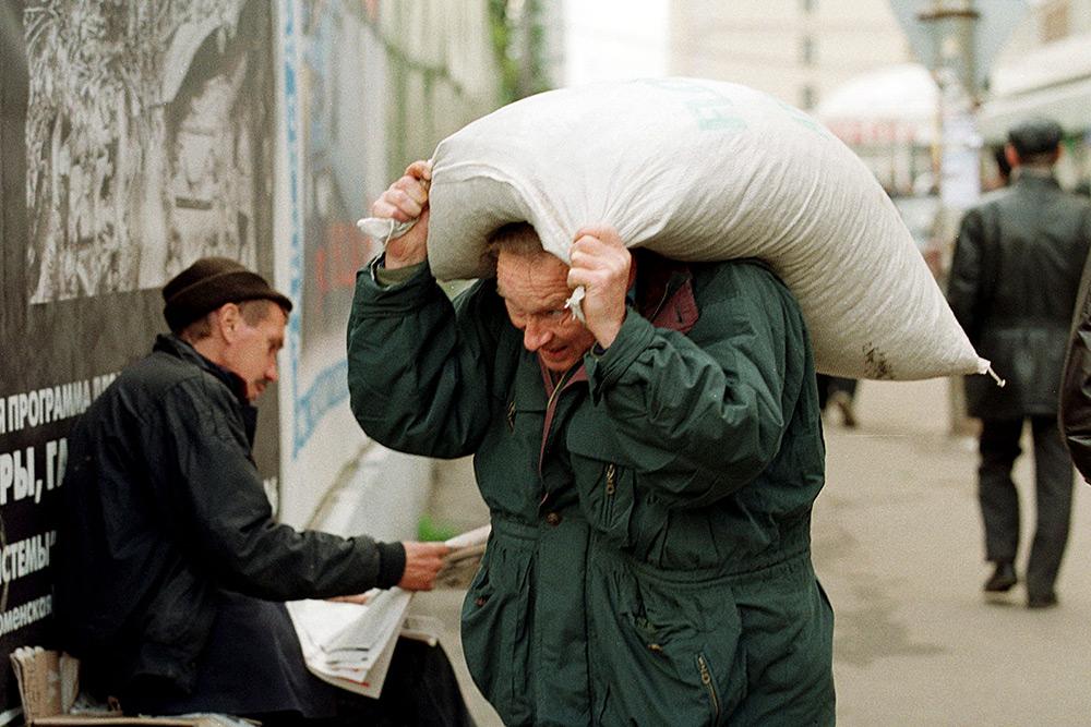 Житель Москвы с мешком муки в центре города, сентябрь 1998