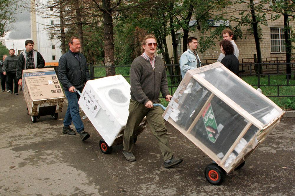 Москвичи тащут из магазина бытовую технику и электронику, август 1998