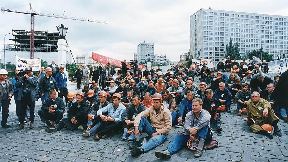 Шахтеры Инты и Воркуты, прибывшие в Москву, пикетируют Дом правительства РФ