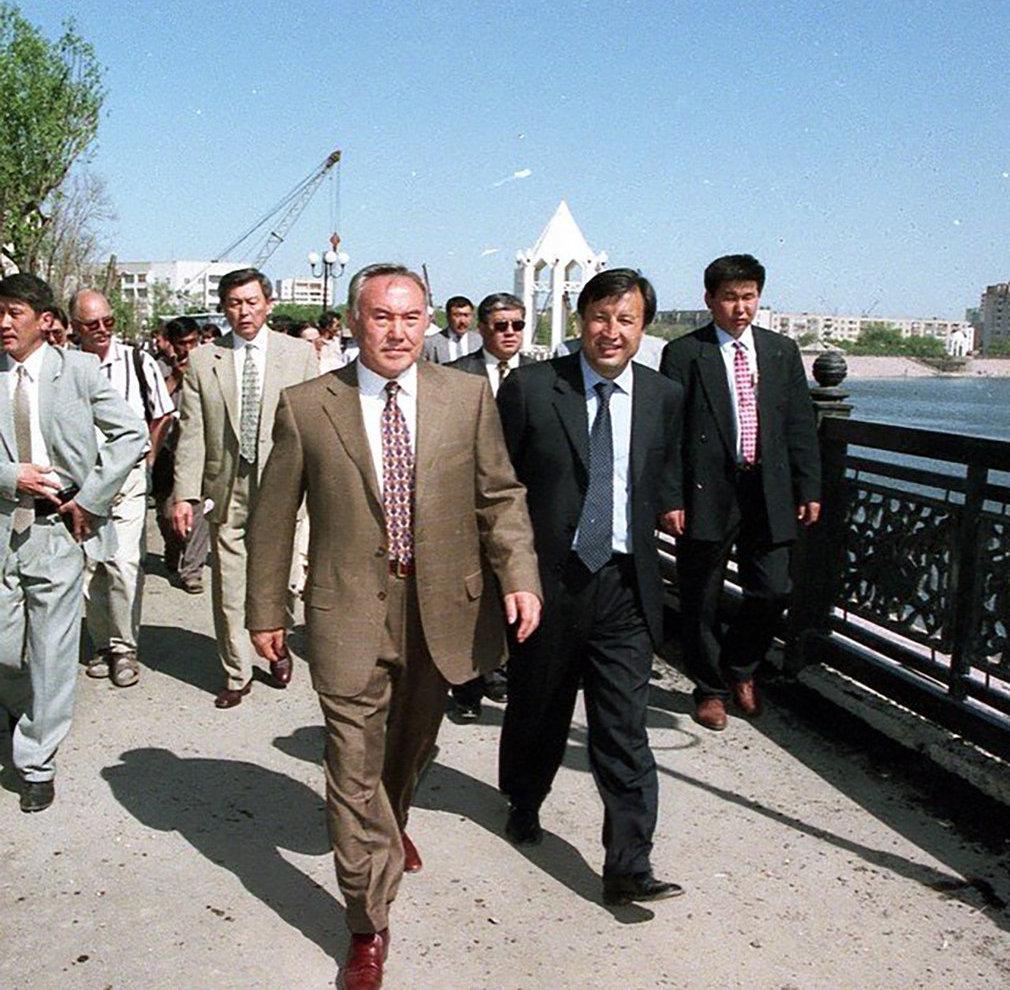 Нурсултан Назарбаев на набережной в Астане, июнь 1998г