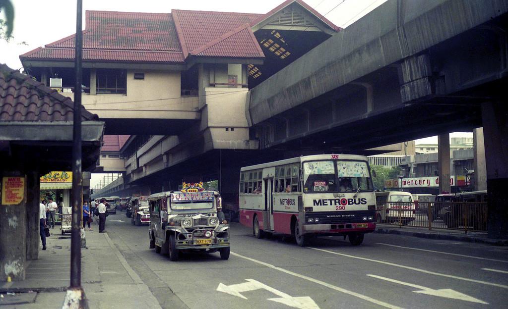 1993 Manila Metrobus TAS Trans Nissan Diesel AKR NWM-768 (fleet No 290) in United Nations (UN) Avenue at Taft Avenue