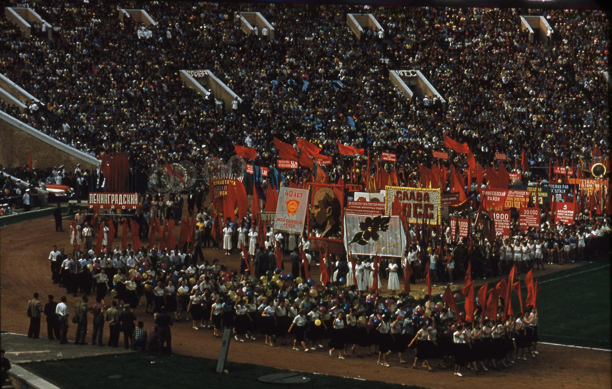 29 июня 1958 года в СССР впервые был отпразднован день Советской молодежи. Парад молодёжи на стадионе в Лужниках