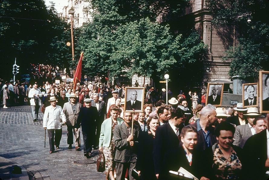 1958 Киевские горожане идут на стадион на встречу с президентом Чехословакии Новотным