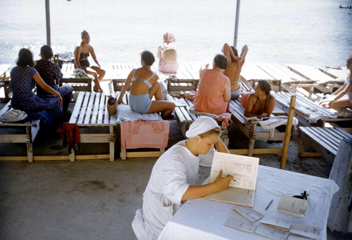 1958 Пляж в Крыму. Sochurek2