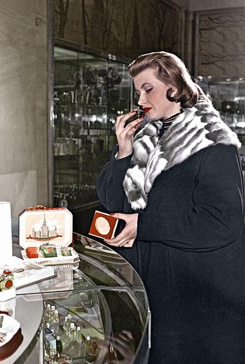 1958 Покупательница у прилавка парфюмерного магазина в Охотном Ряду выбирает духи. Василий Малышев РИА Новости