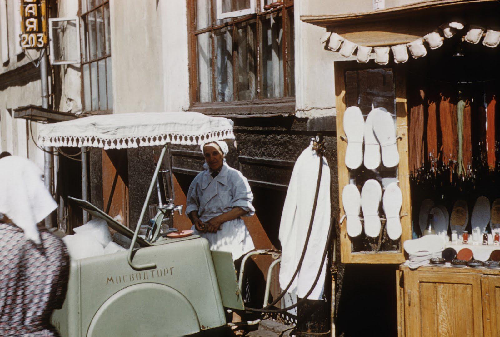 1958 Уличная торговля в Москве. John Shultz