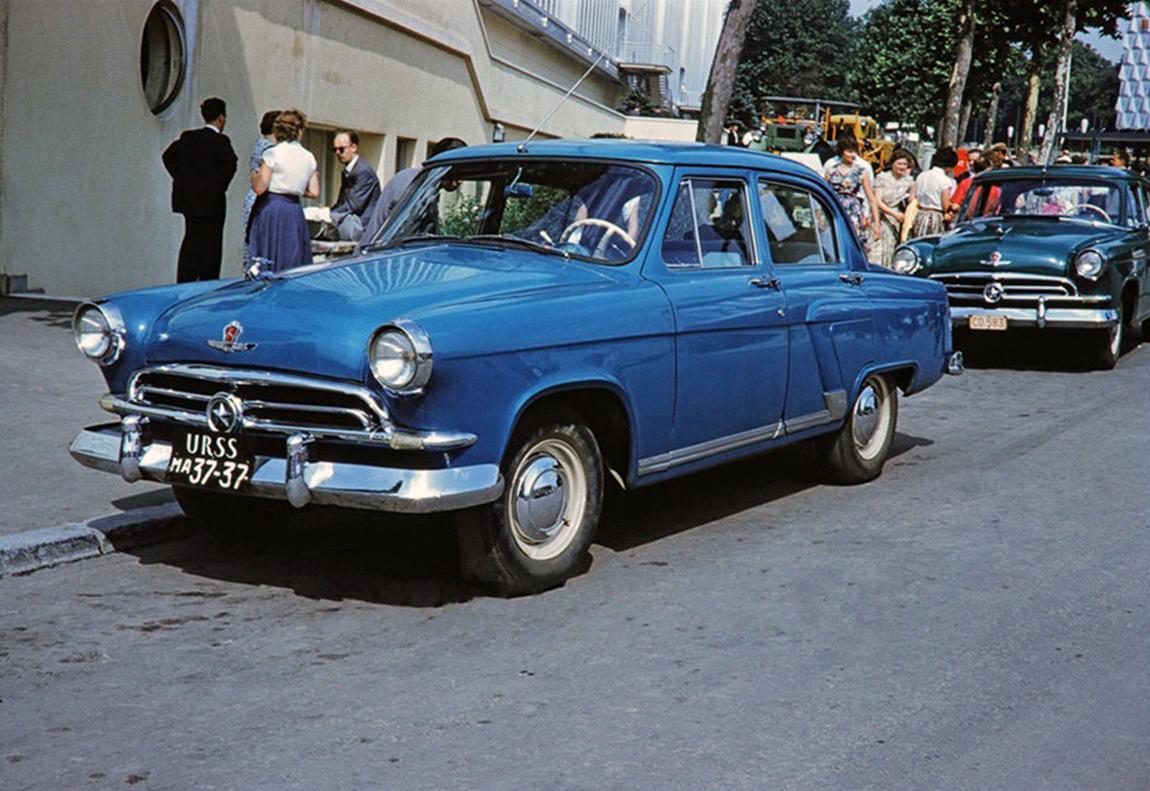На международной выставке ЕХРО 1958 года в Брюсселе. Синий автомобиль — выставочный. Чёрный — дипломатический