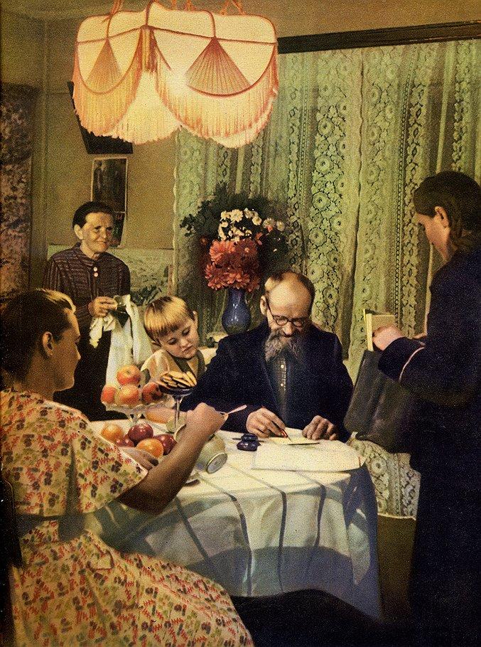Семья Казанцевых получает пенсию. 1951 год