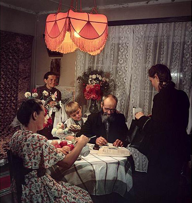 1951 Семья Казанцевых получает пенсию, фото Исаак Тункель2