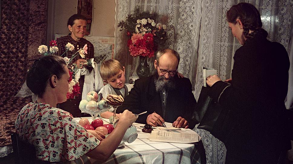 1951 Семья Казанцевых получает пенсию, фото Исаак Тункель3