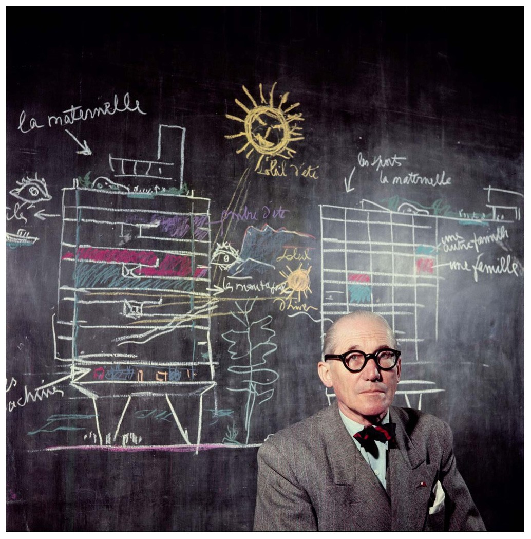1948 Le Corbusier Atelier, Paris, Au tableau noir, la Ville radieuse Photo Willy Rizzo