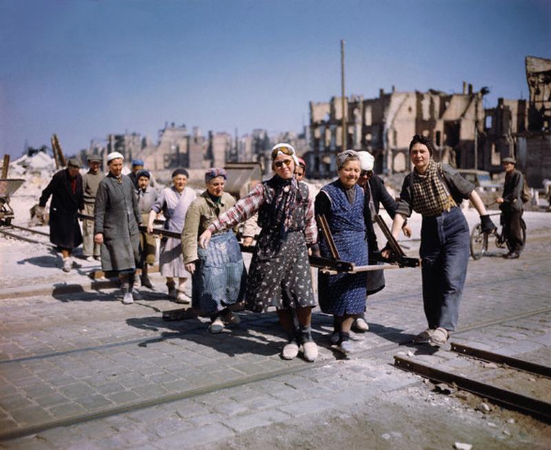 Март 1948 Берлин женщины , несущие рельсы на прокладке колеи