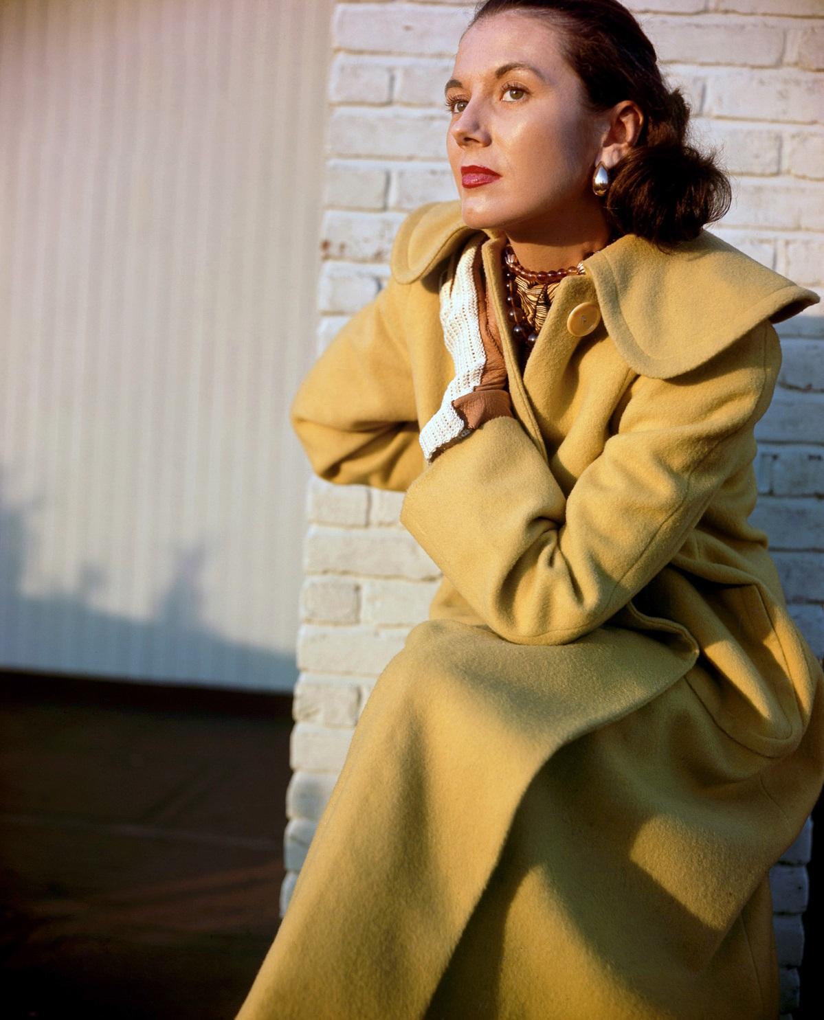 Модель Сабина в перчатках от Кэй Фух и шарфе Пиацца. Фото Женевьев Нейлор, 1948 год.