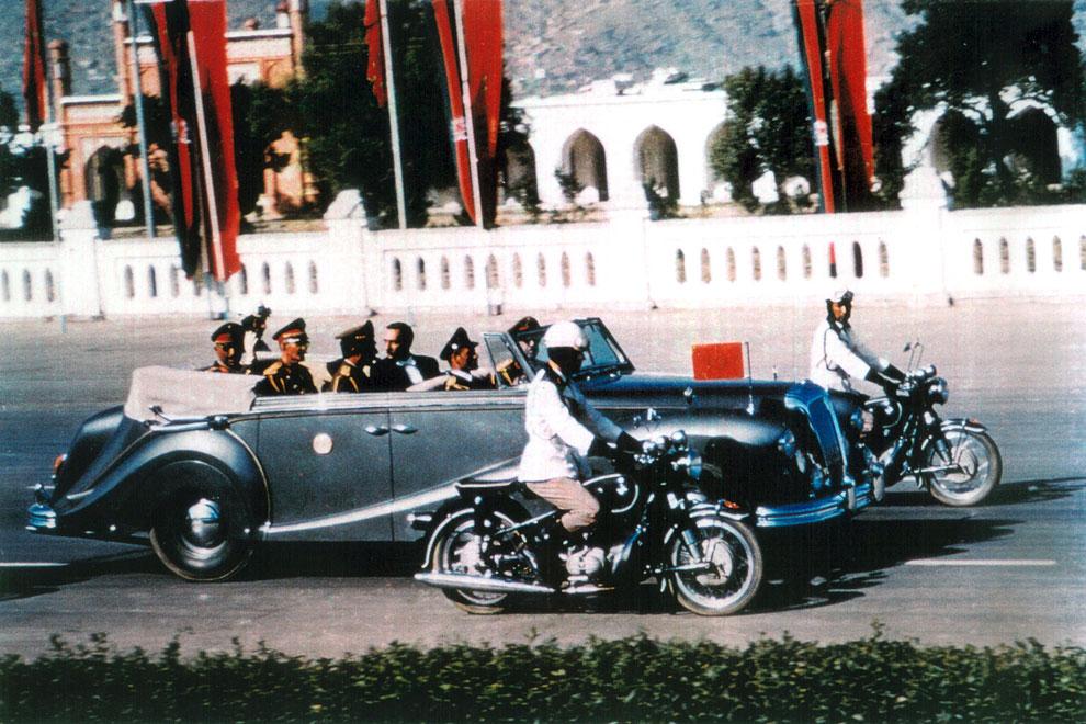 1968 Король Афганистана Мухаммед Захир-Шах едет в лимузине по центральной дороге Кабула