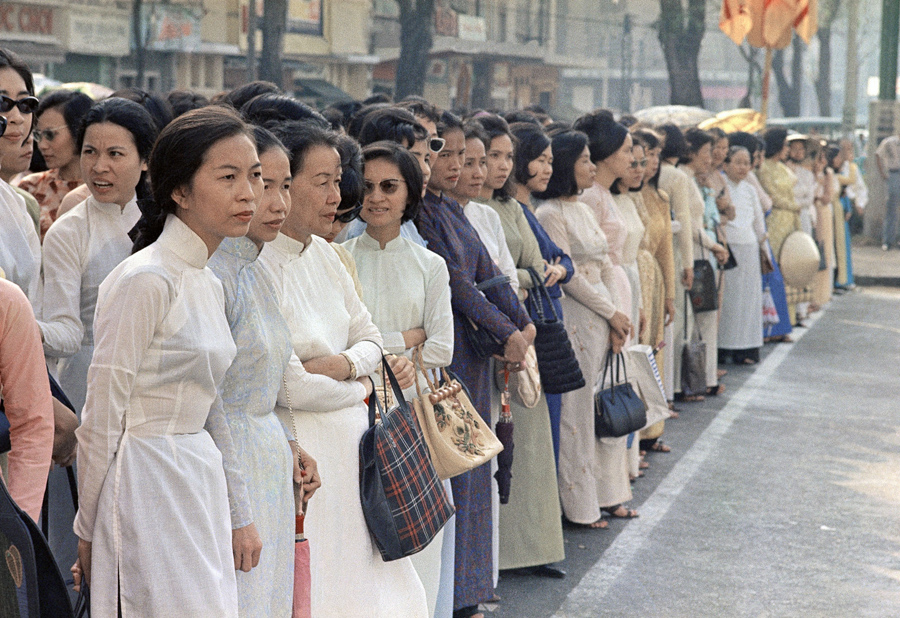 Eddie Adams, April 1968, Vietnamese women on the streets of Saigon
