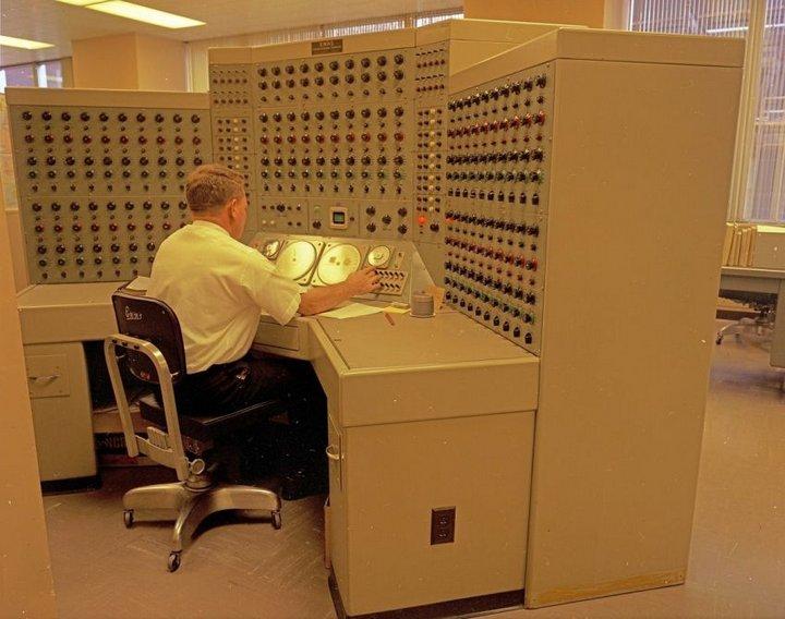 Мужчина работает над созданием новой модели компьютера, 1968 год