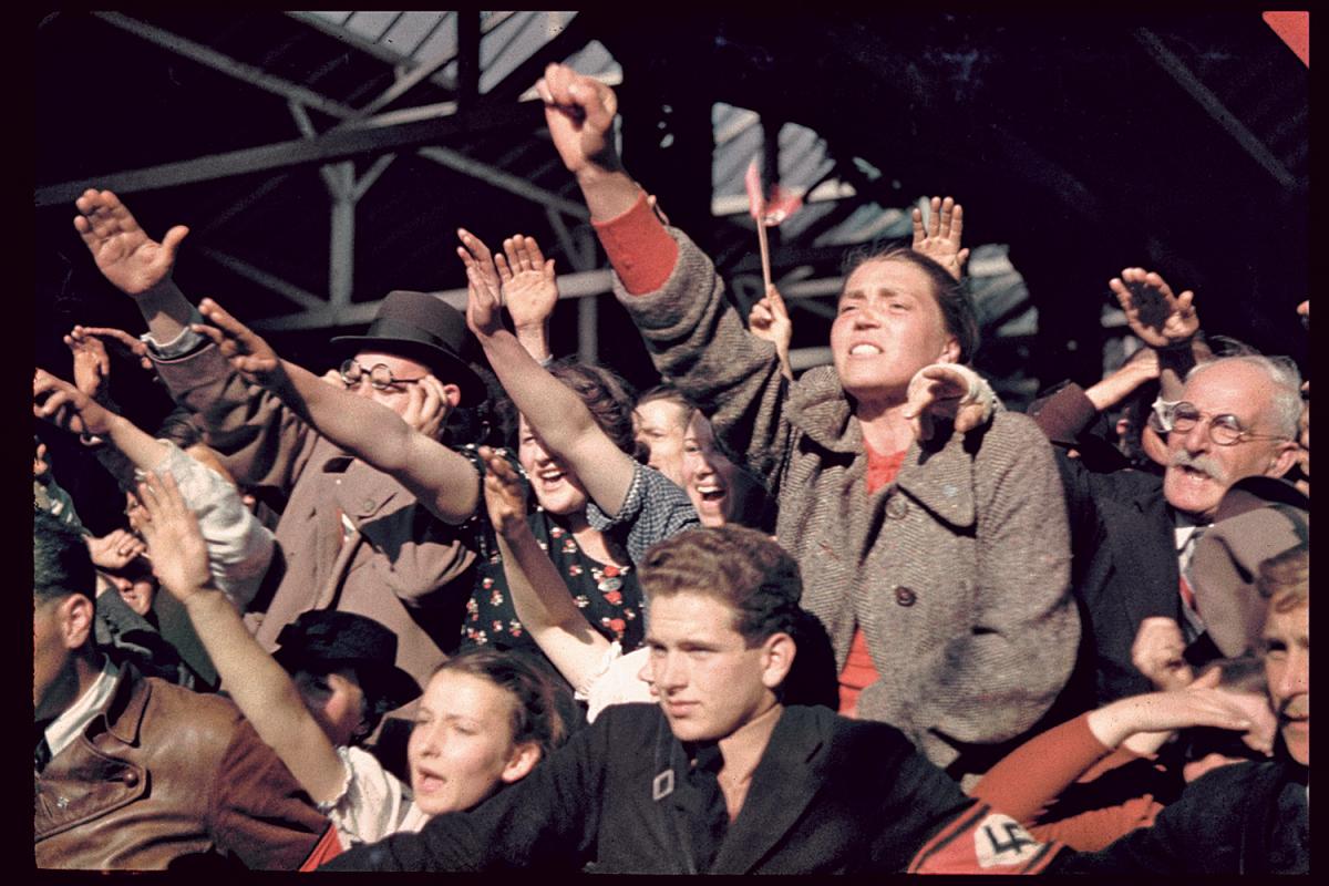 1938 Счастливые австрийцы приветствуют Адольфа Гитлера во время кампании по аншлюсу