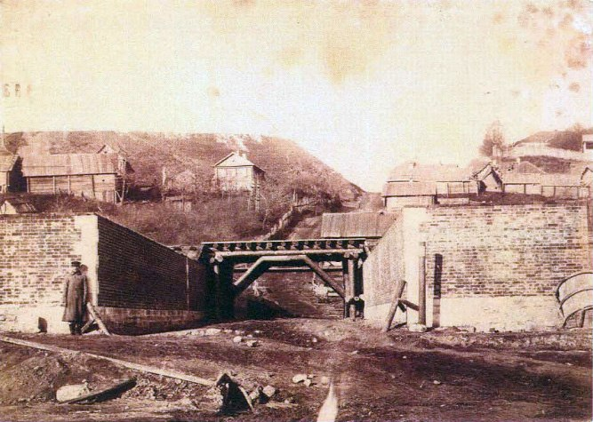 1862 Железнодорожный мост под Рождественским монастырем. Конец XIX в. Архив ВСМЗ