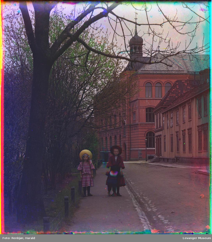 1907-1909 Трое детей на улице в Тронхейме на фоне Реального училища (на заднем плане). Харальд Ренбьёр, Harald Renbjør (1889–1956)
