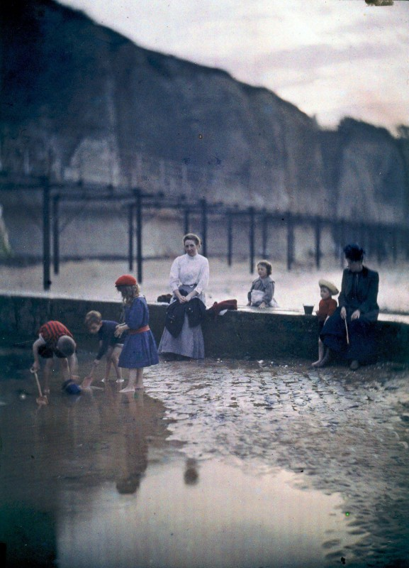 1908 Children by the breakwater