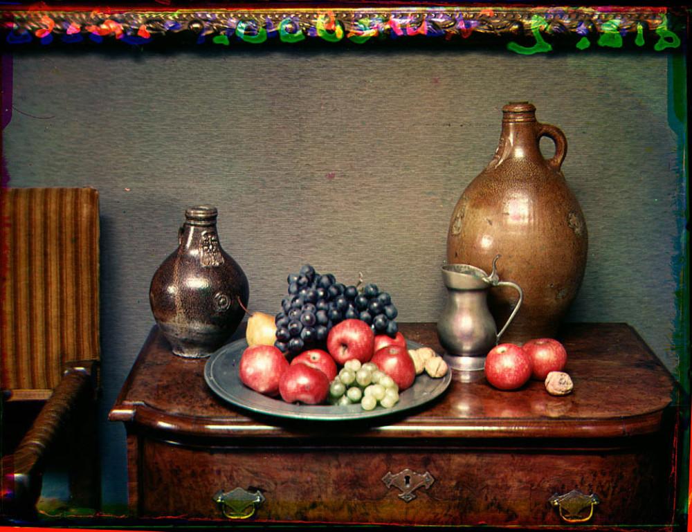Stilleven met fruitschaal en drie kruiken op een kastje