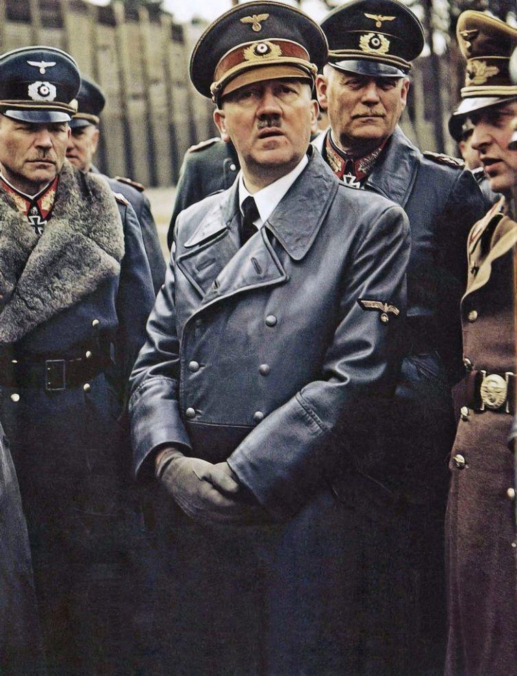 Цветная фотография Адольфа Гитлера с генералом Хайнцем Гудериэном и фельдмаршалом Вильгельмом Кейтелем, Германская империя, 19 марта 1943 года