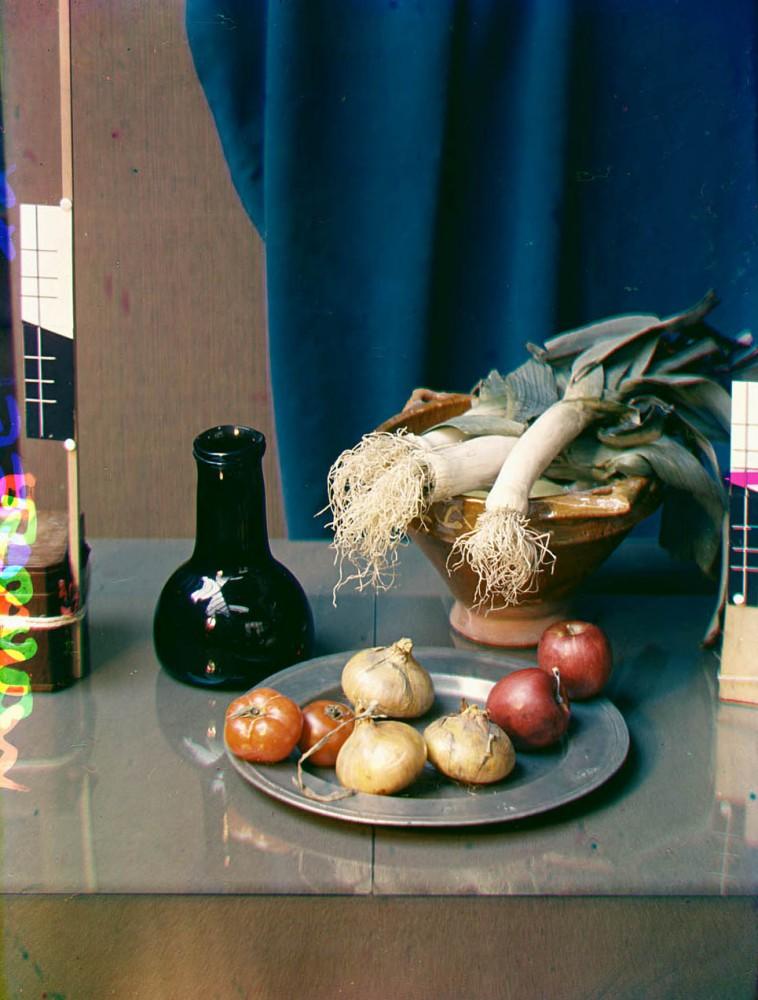 Stilleven met groenten waaronder prei en uien